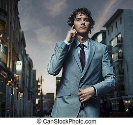 elegant, mann, posierend, auf, a, stadtstraße