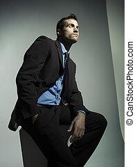 elegant, modieus, man, met, zwart kostuum, in, grijze , achtergrond