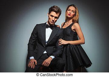 elegant, paar, studio, posierend, schwarz