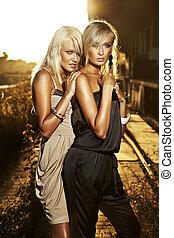 elegant, två, blond, kvinnor