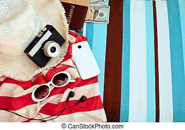 elegante, accesorios, ., sombrero de paja, cámara, y, sunglases, un, verano, lifestyle., brillante, colors., vacaciones, mood.