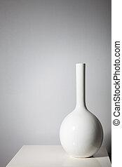 elegante, bianco, vaso, su, uno, piccolo, tavola