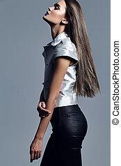 elegante, bonito, mulher jovem, modelo, com, cabelo longo, em, moda, roupas