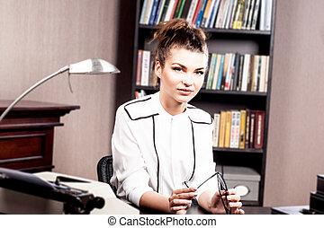 elegante, brunetta, in, lei, ufficio.