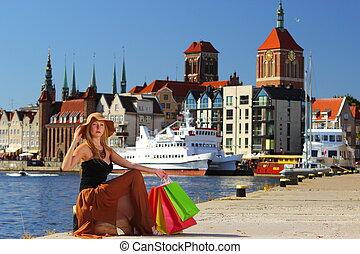 elegante, comprador, mulher, em, cidade velha, gdansk