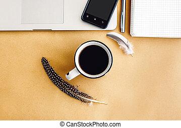 elegante, computador portatil, teléfono, y, café, con, plumas, en, arte, plano de fondo, planificación, vacaciones, y, independiente, concepto, plano, colocar