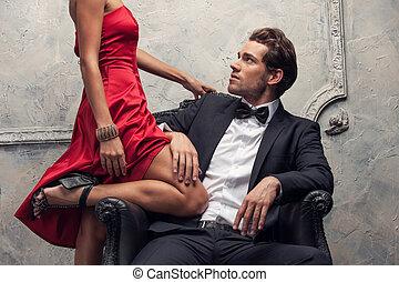 elegante, coppia, passeggero, in, classico, clothes., primo...