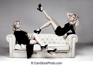 elegante, dos, mujer, posing.