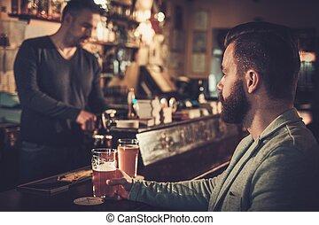 elegante, equipaggi seduta, solo, a, sbarra contraddice, con, uno, pinta, luce, beer.