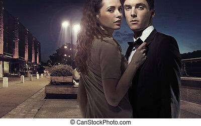 elegante, giovane coppia, medio, di, il, notte