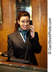 elegante, hembra, asistente, en, recepción del hotel