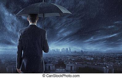 elegante, hombre de negocios, mirar fijamente, en, la ciudad, en, el, noche