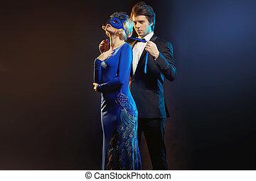 elegante, homem, amarrando, a, azul, máscara