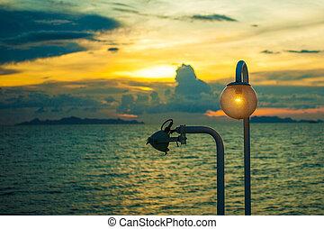 elegante, lâmpada, à noite, ligado, céu ocaso, fundo