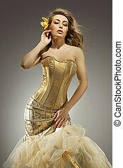 elegante, loiro, beleza, posar, em, um, dourado, vestido