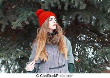 elegante, menina jovem, em, na moda, roupas, ligado, a, fundo, de, verde, spruce.