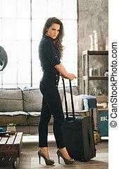elegante, mujer, con, equipaje, en, apartamento pajar, listo, para, salida