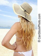 elegante, mujer, con, largo, pelo rubio, en la playa
