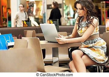 elegante, mujer de negocios, trabajando, con, computador...