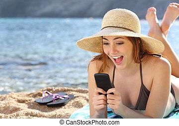 elegante, mujer, playa, sorprendido, mirar, social, teléfono...