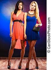 elegante, mujeres, dos, vestidos