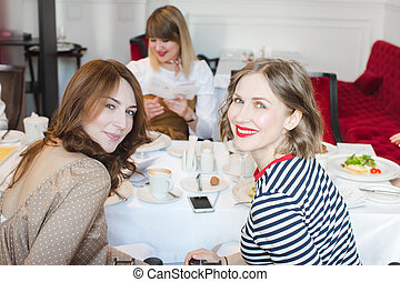 elegante, mujeres, en, restaurante