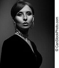 elegante, mulher bonita, com, moda, brincos, e, colar, olhar, excitado, ligado, escuro, sombra, experiência., closeup, portrait., preto, white.