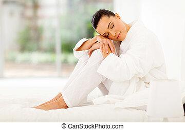 elegante, mulher, cama, sentando