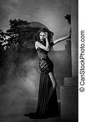 elegante, mulher, em, vestido preto, em, preto branco