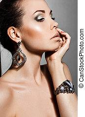 elegante, mulher, jóia, prata, na moda