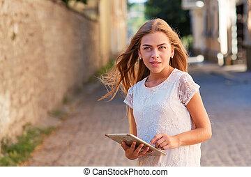 elegante, mulher, jovem, tabuleta, usando
