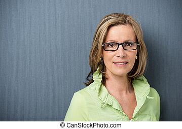 elegante, mulher, middle-aged, óculos