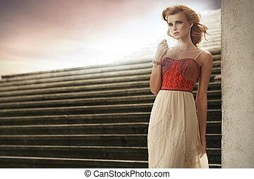 elegante, mulher, moda, pose