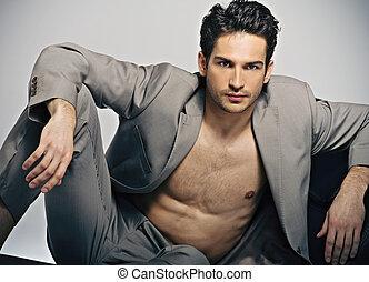 elegante, muscular, hombre, en, moda, postura