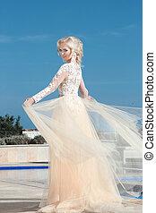 elegante, novia, en, moda, vestido de la boda, encima, cielo azul