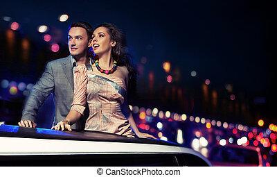 elegante, par, viajando, um, limusine, à noite