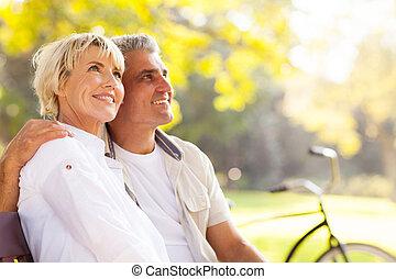 elegante, pareja madura, sentado, aire libre
