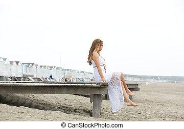 elegante, playa, mujer, joven, sentado