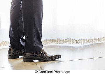 elegante, primo piano, scarpe, uomo affari, gambe