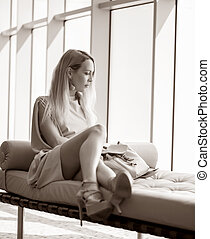 elegante, sofá, janela, assento mulher