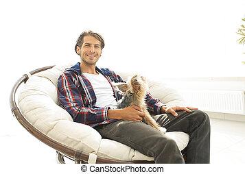 elegante, tipo, sentado, en, un, grande, cómodo, armchair.