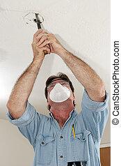 elektrikář, řezání pilou