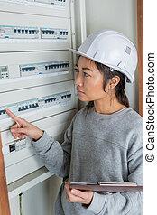 elektriker, byggmästare, ingenjör, arbetare, framme av, säkring, koppla, bord