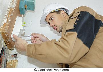 elektriker, ingenieur, prüfung, daten, von, ausrüstung, in, fixierenkasten