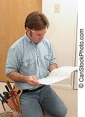 elektriker, liest, handbuch