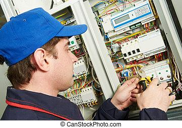 elektriker, på arbete