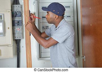 elektriker, schreibende, auf, klemmbrett