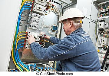 elektriker, spänna, den, skruvar, med, skruvnyckel