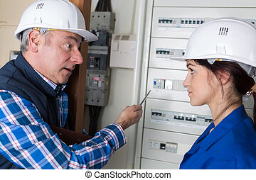 elektriker, und, seine, weibliche , lehrling, prüfung, ein, steckdose
