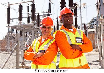elektrisch, ingenieurs, met, gekruiste wapens
